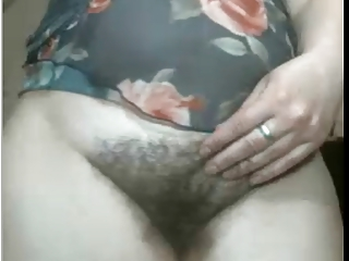 ARAB WIFE SHOWS HER HAIRY PUSSY