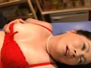 Nude mature beau Chizuru Iwasaki fucks nicely
