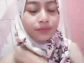 Melly Masturbate in Shower - Indonesian Muslim Girl (Flower)
