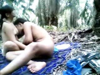 INDIAN DESI TEEN GIRL OUTDOOR SEX WITH BOYFRIEND